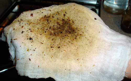 Остаток коры и терпентинового бальзама на марлевом фильтре